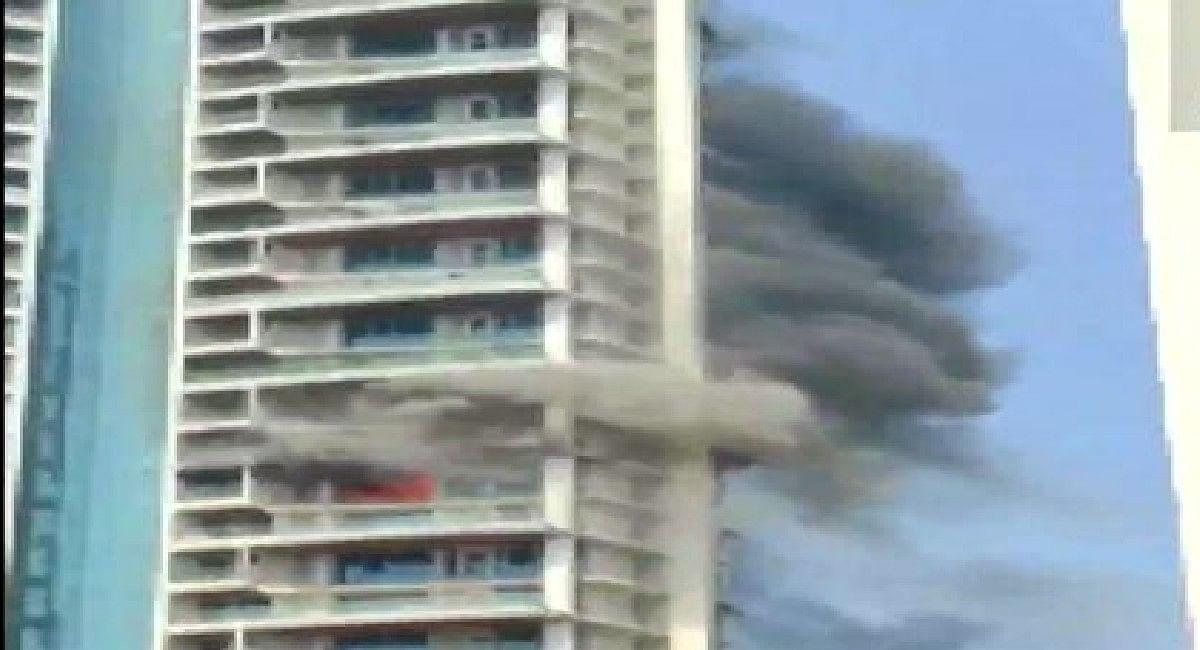 Mumbai Fire: मुंबई के रिहायशी इमारत की 19वीं मंजिल में लगी आग, बिल्डिंग से छलांग लगाने वाले शख्स की मौत
