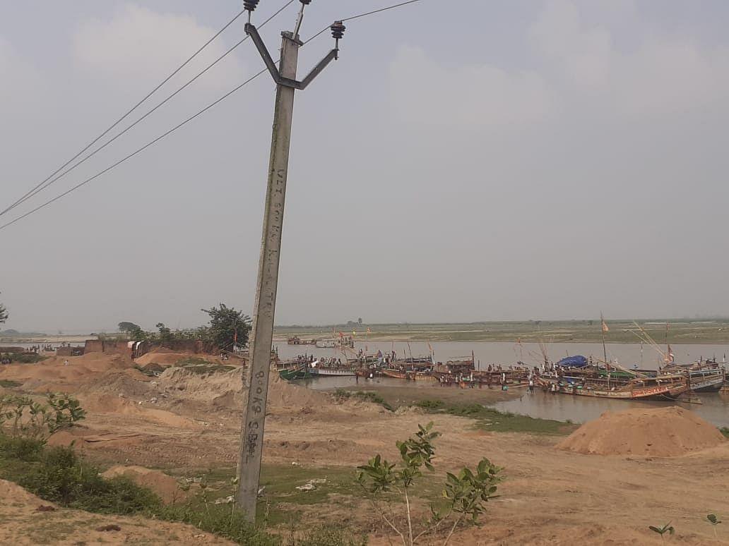 मनेर में अवैध खनन में 10 हजार सीएफटी बालू जब्त, नाव लेकर नाविक फरार