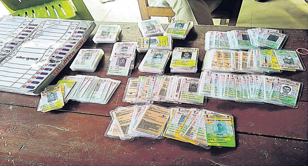 पूर्व मुखिया के ठिकाने पर छापेमारी, बोगस वोटिंग की तैयारी में जुटाए डमी ईवीएम और 350 फर्जी वोटर कार्ड बरामद