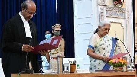 UP News: इलाहाबाद हाईकोर्ट के चीफ जस्टिस बने राजेश बिंदल, राज्यपाल ने दिलायी शपथ, ऐसा रहा है करियर