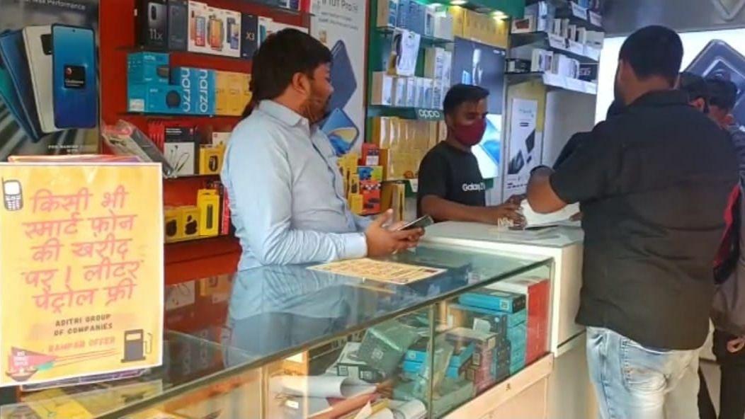 Diwali offer: Smartphone खरीदने पर एक लीटर पेट्रोल फ्री, दिवाली से पहले इस दुकानदार के ऑफर की हो रही खूब चर्चा