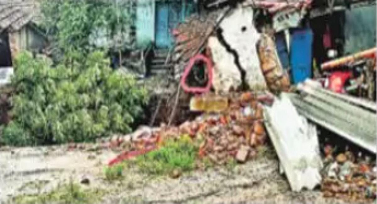 गोफ की खोह में समायी धनबाद के केंदुआ में एक बुजुर्ग महिला, बेटे ने 10 फीट गड्ढे में गिरी मां को बचाया