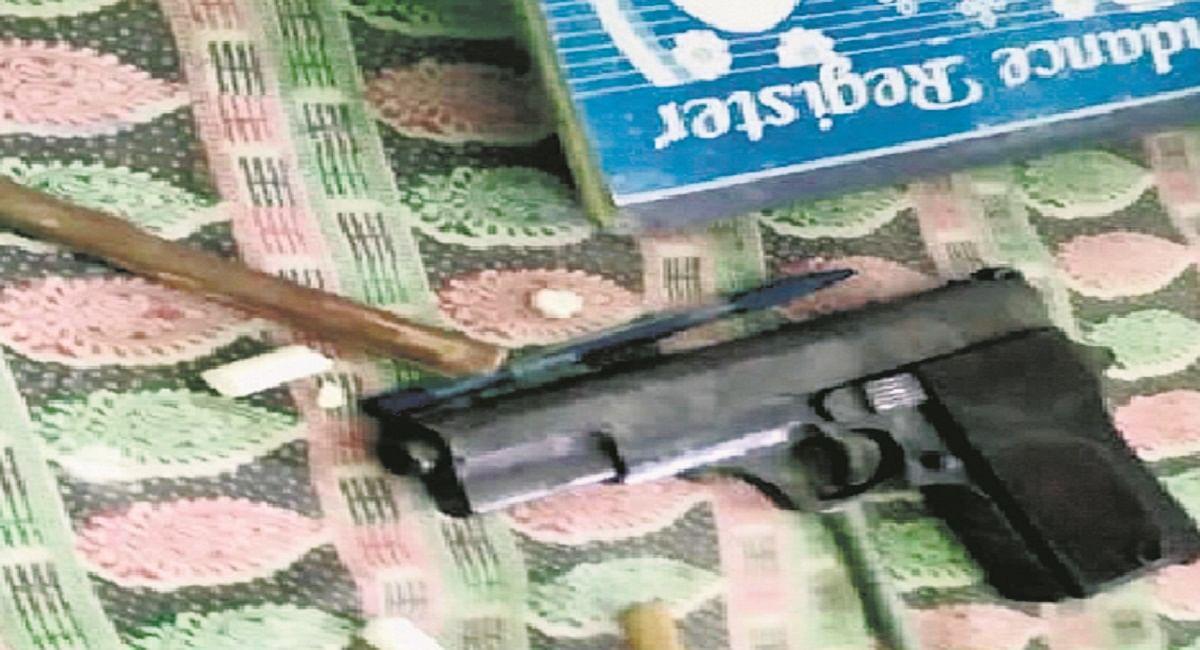 Bihar News: कलम के बदले पिस्टल लेकर स्कूल पहुंचा छात्र, दोस्तों पर ताना तो मचा हड़कंप, पहुंची पुलिस