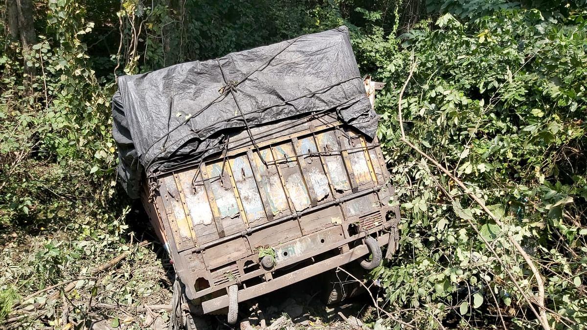 झारखंड से छड़ लेकर बिहार जा रहे ट्रक का ब्रेक हुआ फेल, खाई में गिरने से दो लोगों की मौत, एक घायल