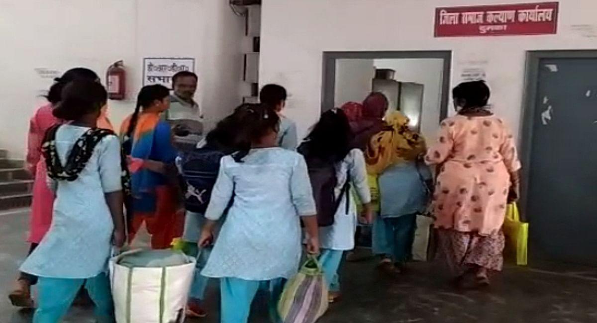 Jharkhand News: 8 किशोरियों को लेकर मुंबई पुलिस सकुशल पहुंची दुमका, काम की तलाश में ठाणे गयी थी लड़कियां