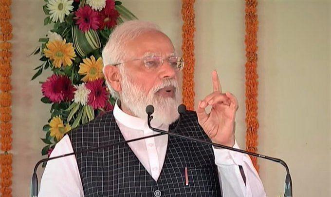 PM मोदी की काशी में घोषणा- स्वास्थ्य सुविधाओं को बढ़ाने का कर रहे काम, गरीबों का रखा ध्यान