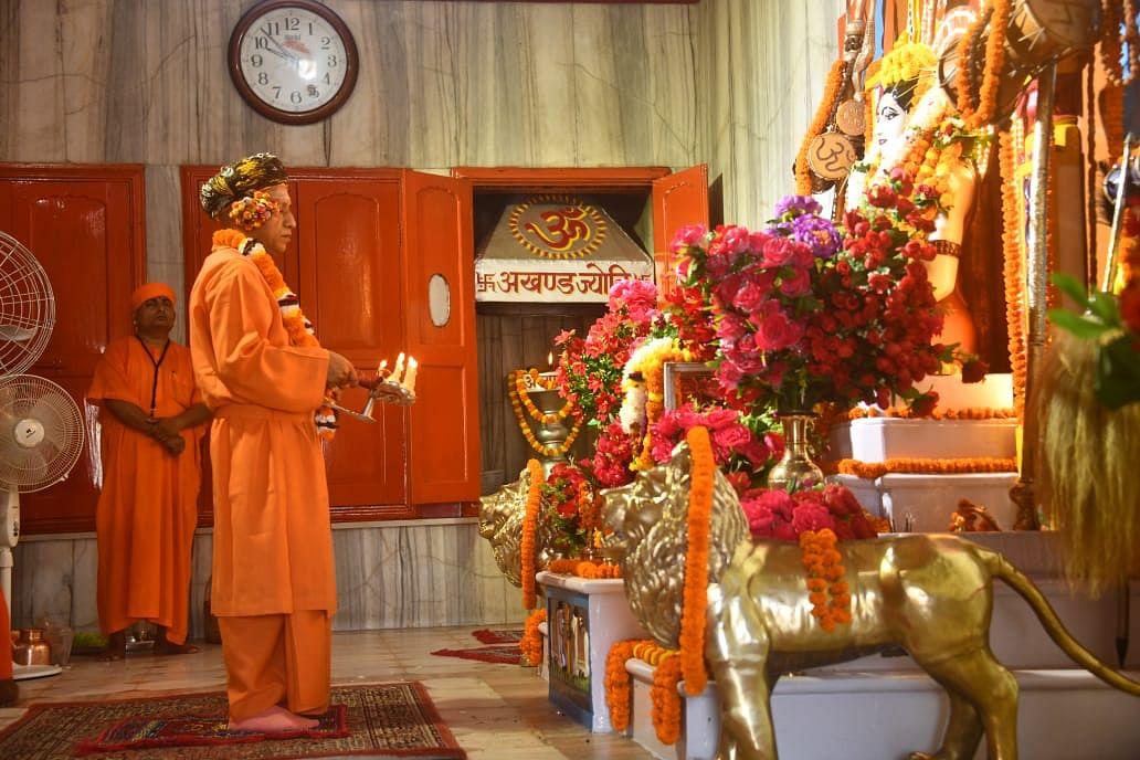 दंडाधिकारी की भूमिका में सीएम योगी, विजयादशमी की शोभायात्रा से पहले मंदिर में की पूजा-अर्चना, Photos