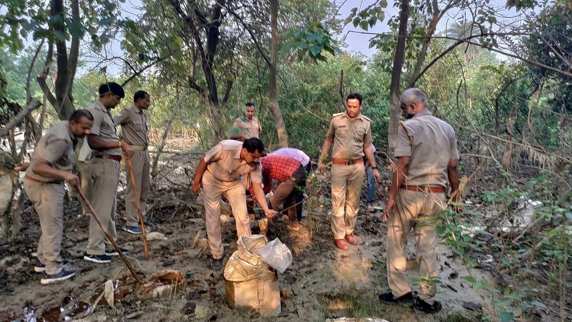 Gorakhpur News: आबकारी विभाग की टीम ने की छापेमारी, 25000 किलोग्राम लहन और 140 लीटर शराब बरामद