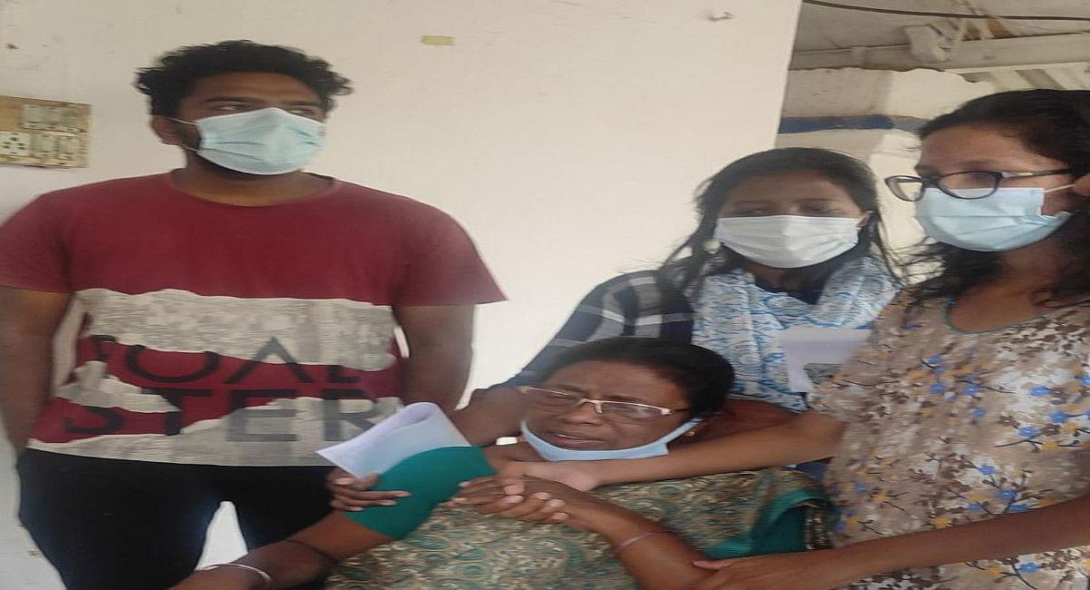 Jharkhand News: रिटायर्ड महिला टीचर से एक लाख की छिनतई, बेटी की सगाई की तैयारी के लिए बैंक से निकाले थे रुपये