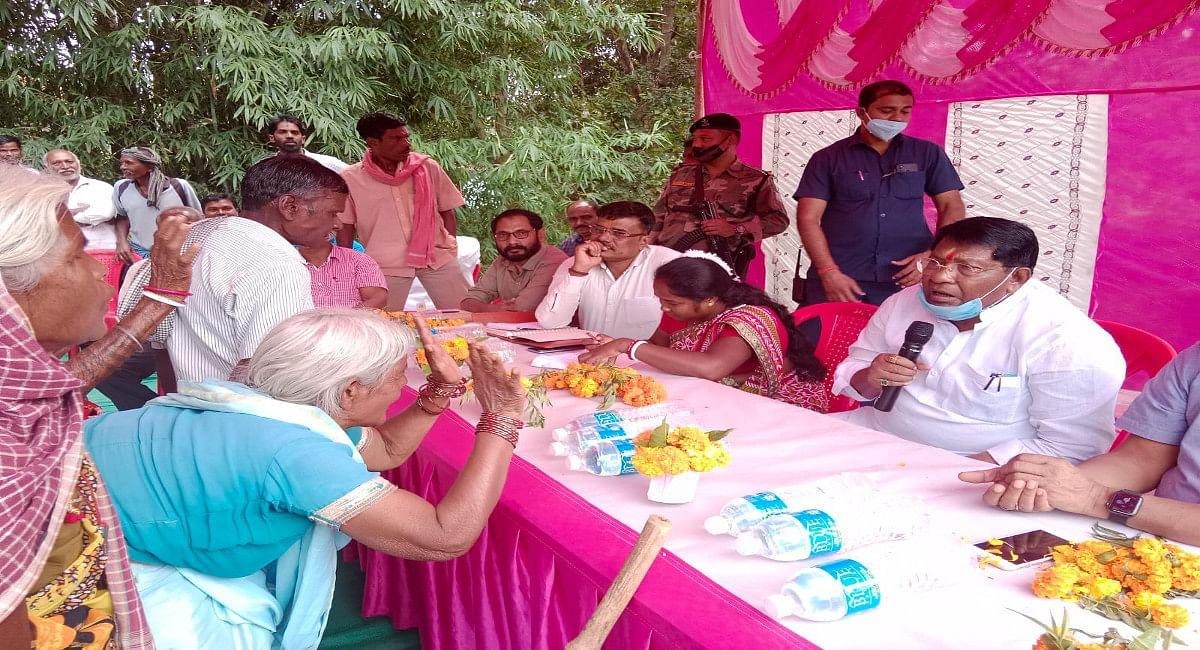 झारखंड के मंत्री डाॅ रामेश्वर उरांव पहुंचे लोहरदगा, बोले- अधिकारी गांव में लगाये कैंप, दिये कई निर्देश