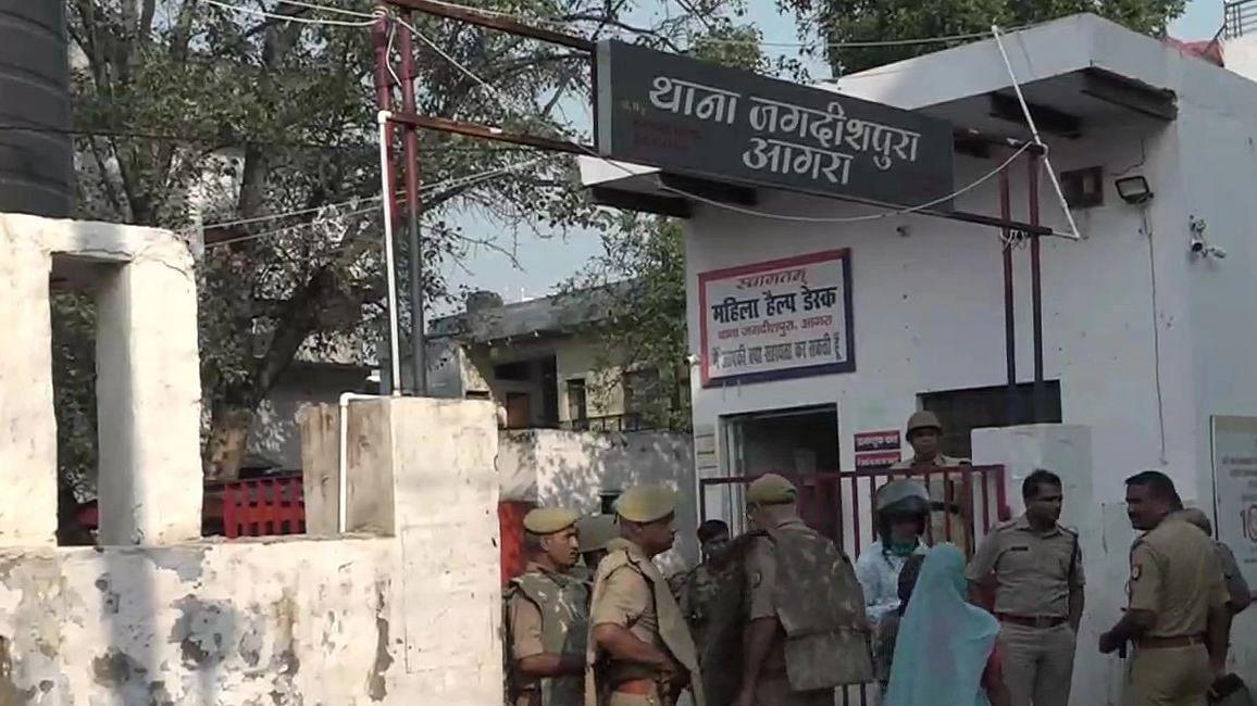 Agra News: पुलिस हिरासत में युवक की मौत, 5 पुलिसकर्मी सस्पेंड, जानें अब तक क्या हुआ
