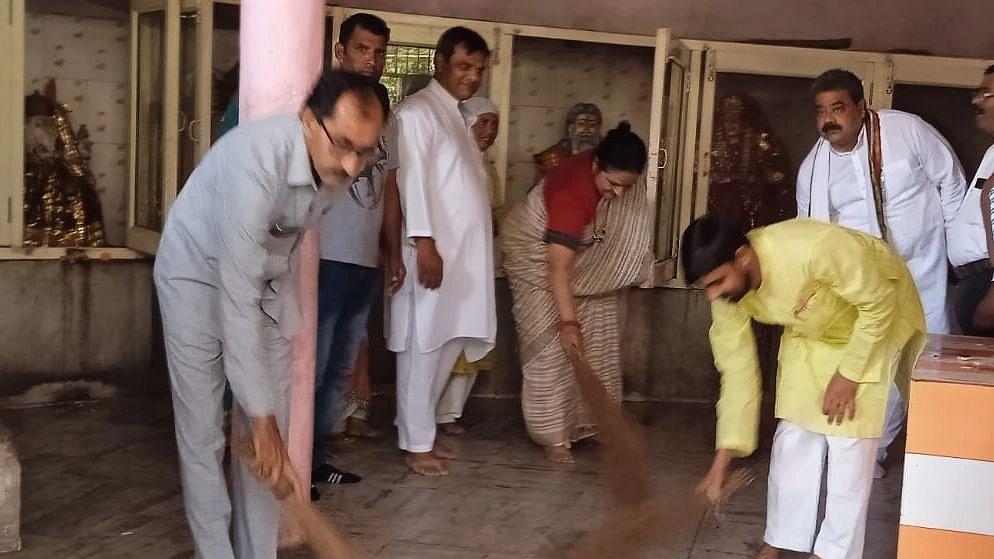 Bareilly News: बरेली में कांग्रेसियों ने वाल्मीकि मंदिर पर की सफाई, सीएम योगी के बयान को बताया शर्मनाक