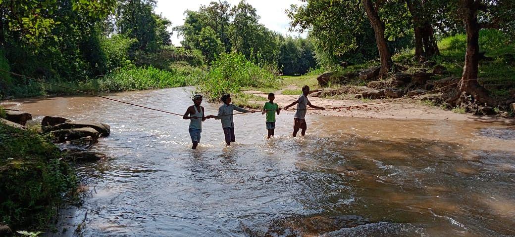 रस्सी के सहारे भी करते हैं नदी पार