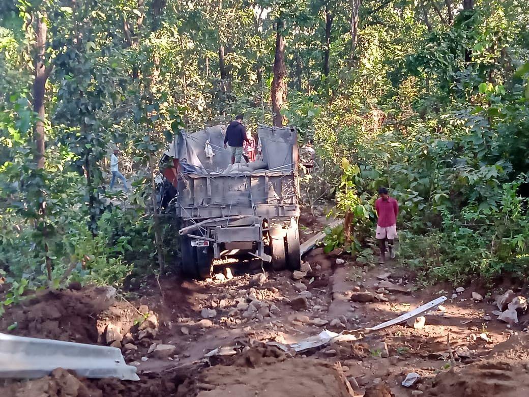 Jharkhand News :छत्तीसगढ़ से आ रहा सीमेंट लदा ट्रक झारखंड की चंपा घाटी में पलटा, 2 मजदूरों की मौत, ड्राइवर घायल