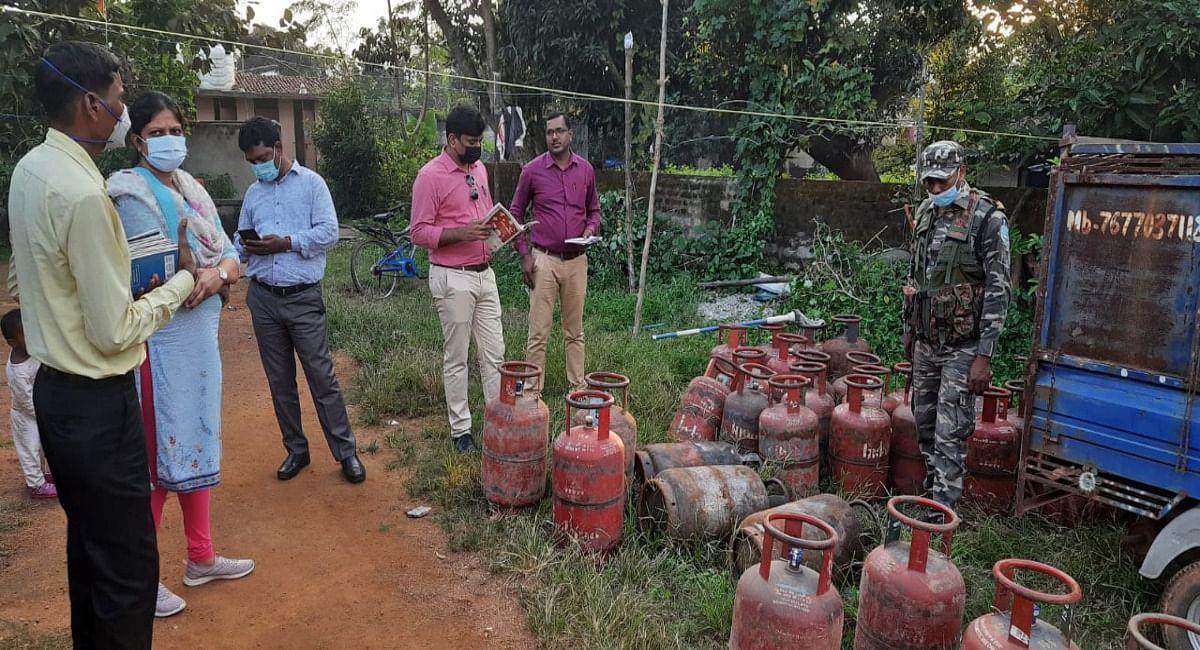 Jharkhand News: गैस सिलिंडर की हो रही थी कालाबाजारी, खूंटी SDO ने किया सील