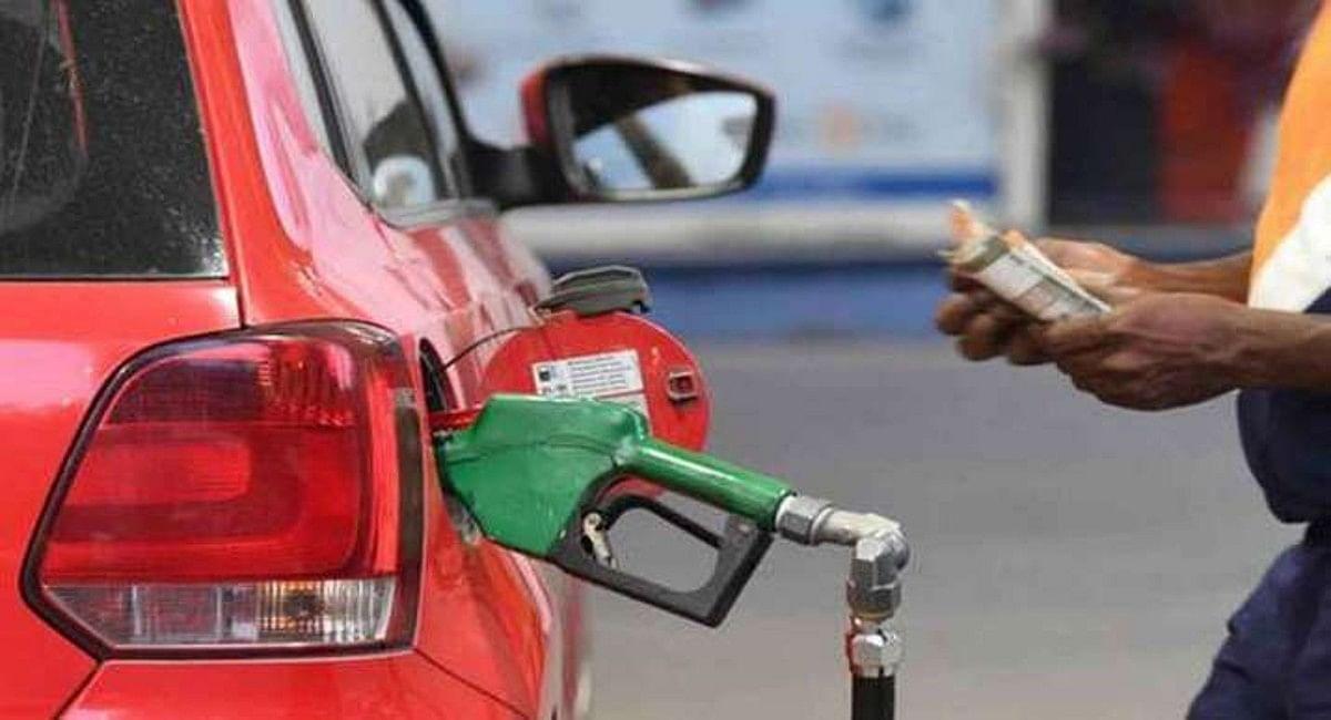 त्योहार में आम आदमी को झटका! सरकारी तेल कंपनियों ने आज फिर बढ़ाए पेट्रोल-डीजल के दाम, जानें अपने शहर का भाव