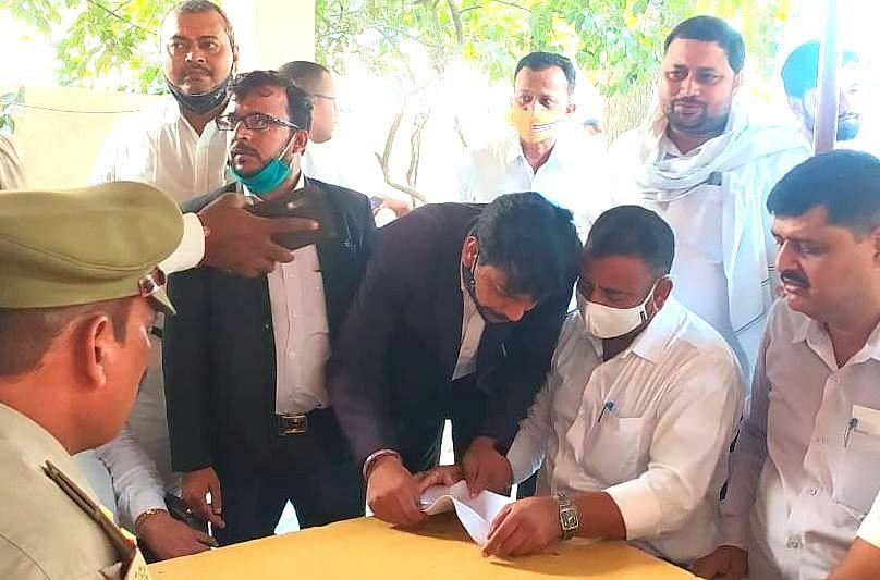 Varanasi News: वाराणसी में वकील की पिटाई, आक्रोशित अधिवक्ताओं ने किया हंगामा, कार्रवाई की मांग