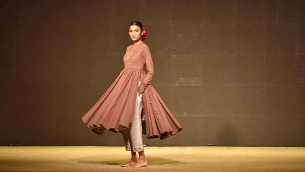Khadi Fashion Show: ट्रेंडी ड्रेस देखकर आप भी हो जायेंगे खादी के मुरीद