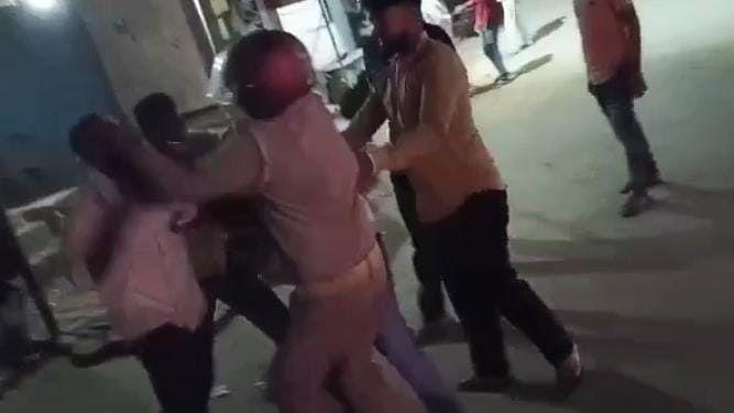 UP News: गोरखपुर में शराब पी रहे बदमाशों ने पुलिस को पीटा, सोशल मीडिया पर वीडियो वायरल