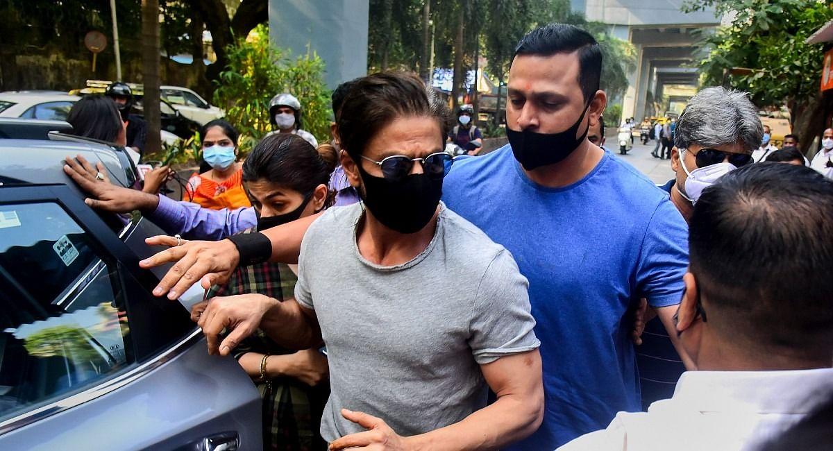 शाहरुख खान के घर से निकली NCB की टीम, अनन्या पांडे से 2 बजे होगी पूछताछ, अभिनेत्री का फोन जब्त