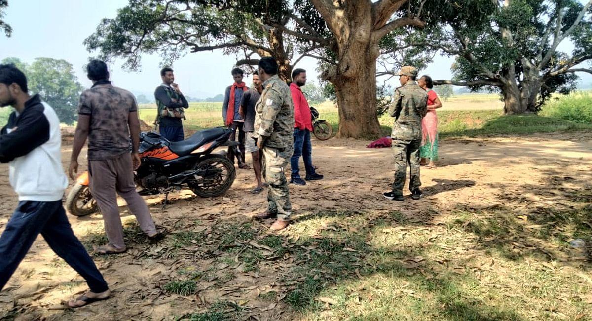 नदी से बालू लेकर भाग रहे ट्रैक्टर ने वृद्ध महिला को कुचला, हुई मौत, गुमला में नहीं थम रहा अवैध बालू का कारोबार