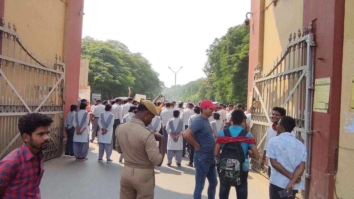 Varanasi News: BHU में छात्रों ने किया प्रदर्शन, कहा- जब रैली हो सकती है तो ऑफलाइन कक्षाएं क्यों नहीं चल सकतीं