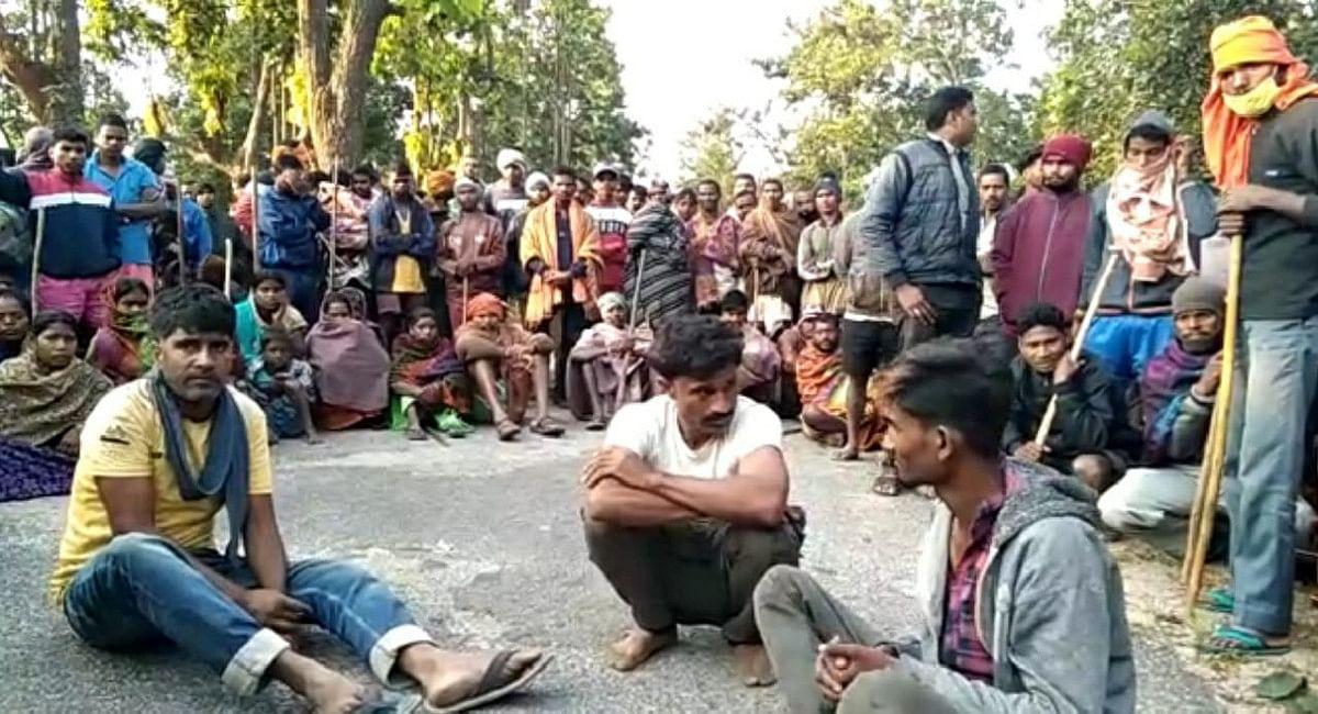 छत्तीसगढ़ के रास्ते गुमला में होती पशु तस्करी, ग्रामीणों ने 3 पशु तस्करों को पकड़कर घंटों किया सड़क जाम