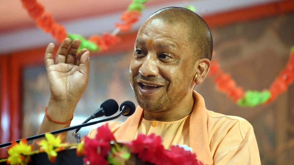 UP News: वाराणसी पहुंचे सीएम योगी, विकास कार्यों और कानून-व्यवस्था को लेकर करेंगे समीक्षा बैठक
