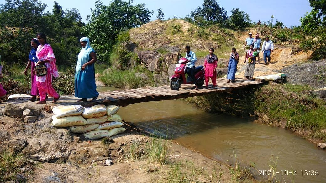 Jharkhand News : झारखंड में जब ग्रामीणों की नहीं सुनी गयी फरियाद, तो खुद नदी पर बना डाला लकड़ी का पुल