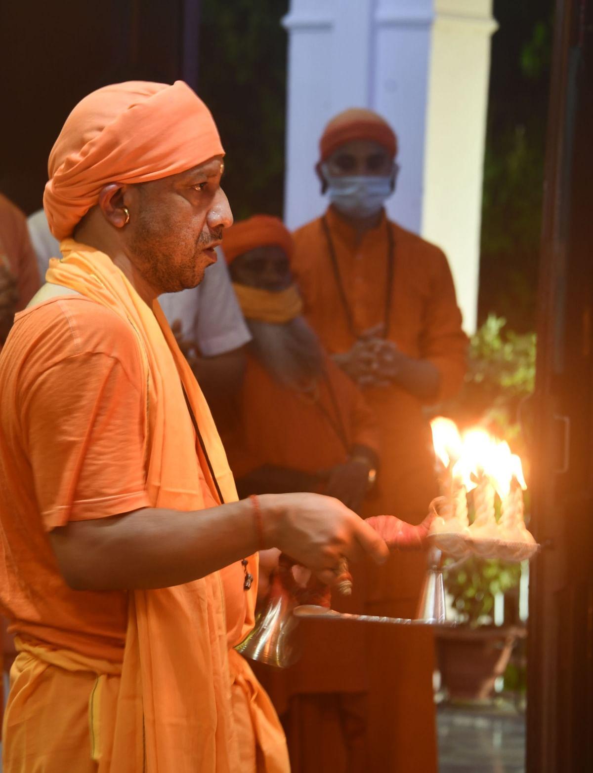 Gorkhpur News: सीएम योगी ने गोरखनाथ मंदिर में की मां कालरात्रि की आरती, देखें Photos