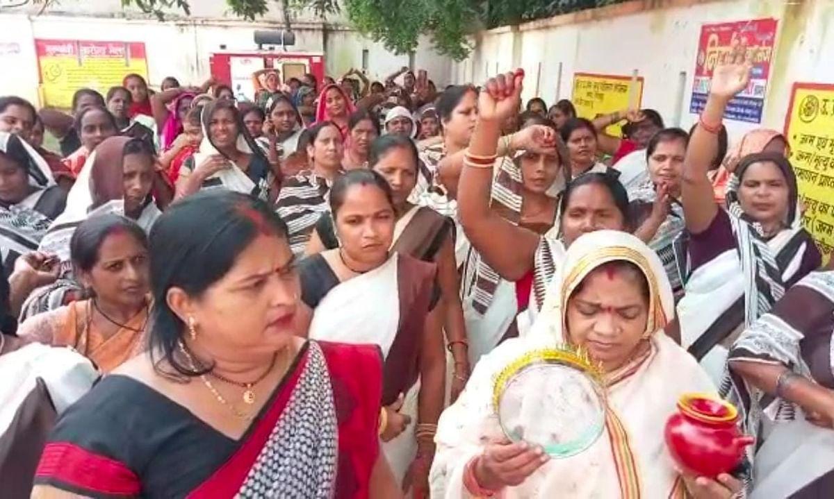 Karwa Chauth 2021: करवा चौथ पर आशा कार्यकर्ताओं ने किया प्रदर्शन, मांग पूरी न होने पर आंदोलन की चेतावनी