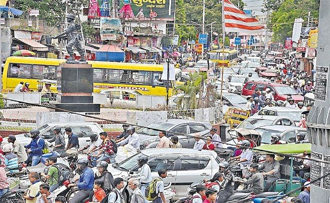 Jharkhand News: रांची में ट्रैफिक जाम की समस्या से हैं परेशान, तो इन हेल्पलाइन नंबरों पर करें कॉल
