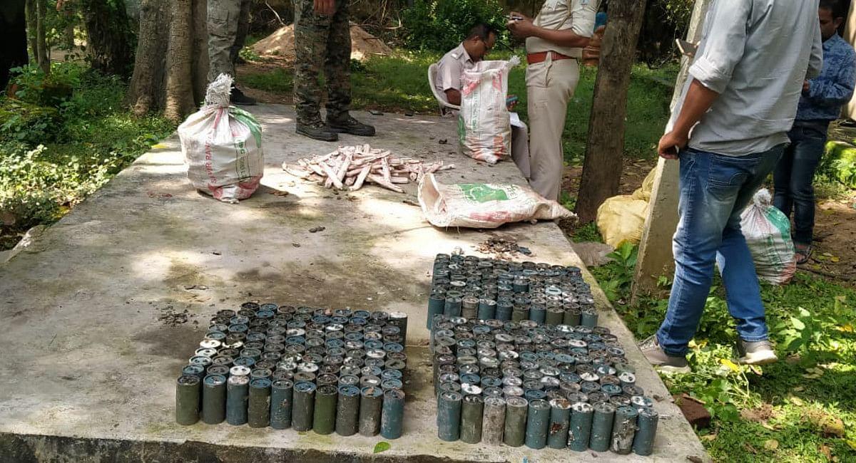 कोडरमा पुलिस ने 805 पीस पावर जेल व 380 पीस डेटोनेटर को किया बरामद.