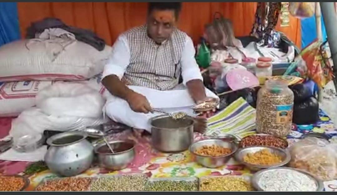 Bihar News: भैंस का दूध दूहने के बाद अब मेला में भूंजा बेचते दिखे भाजपा विधायक ललन पासवान, वीडियो वायरल
