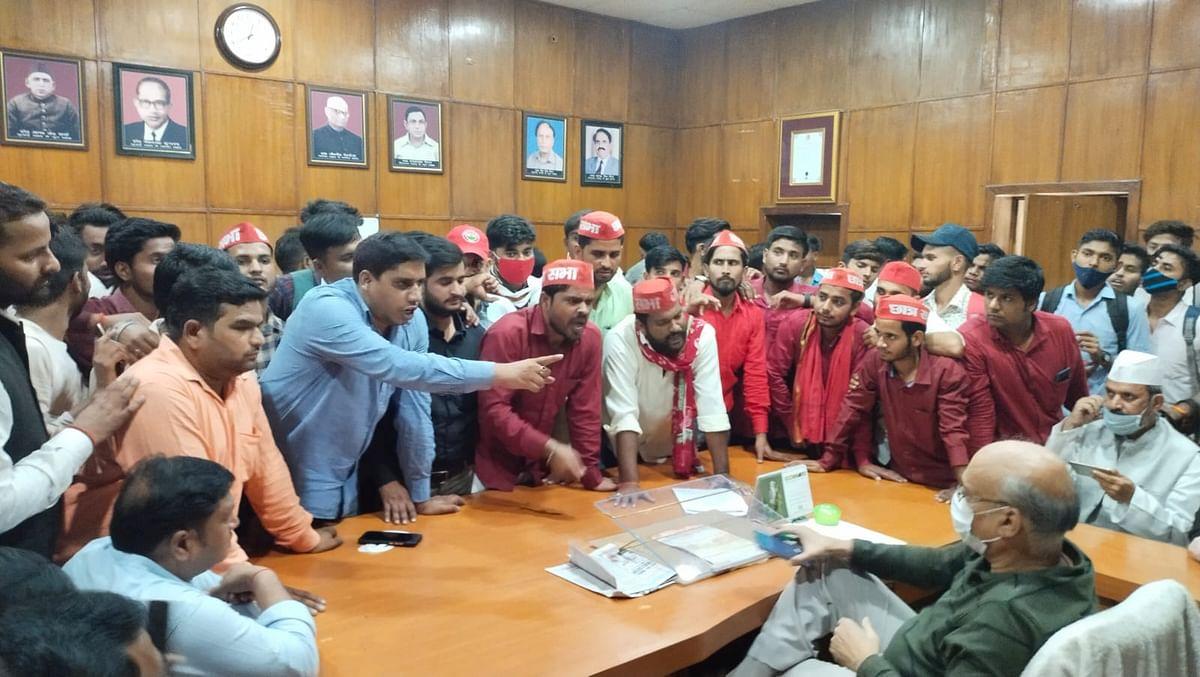 बरेली में बवाल, एबीवीपी और समाजवादी छात्रसंघ के छात्रों में चले लाठी-डंडे, गरमाई राजनीति