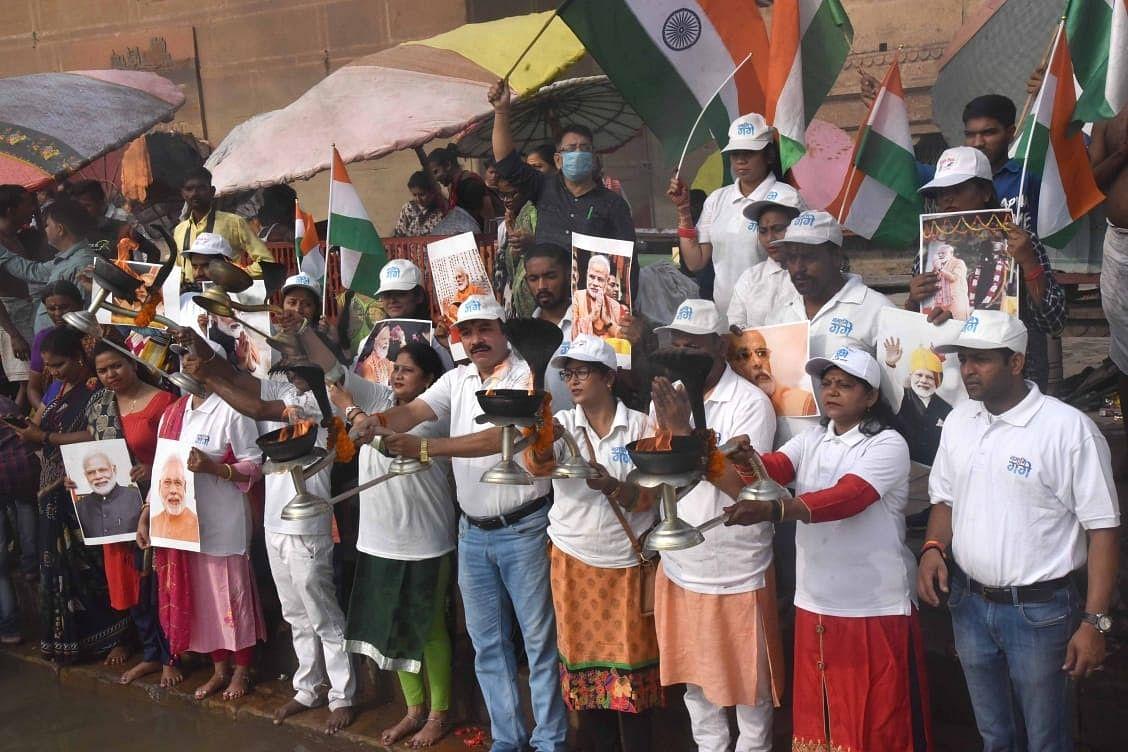 पीएम के आगमन से पहले मोदी के रंग में रंगी काशी, गंगा आरती में दिखी स्वागत की झलक