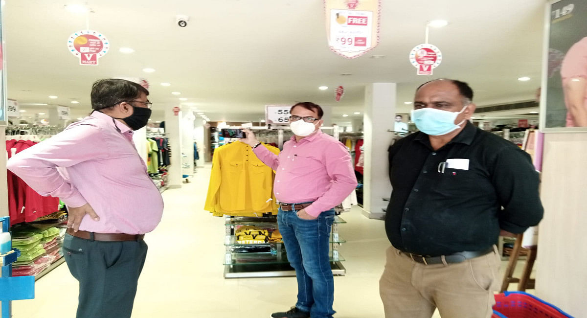 Jharkhand Weekend Lockdown: लोहरदगा में वीकेंड लॉकडाउन का हो रहा उल्लंघन, मॉल और दुकान खुले, लगा जुर्माना
