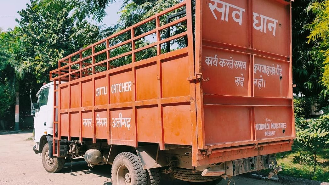 Exclusive: अलीगढ़ में बिना नंबर प्लेट सड़क पर दौड़ रहे नगर निगम के वाहन, ट्रैफिक सिग्नल को दिखा रहे ठेंगा