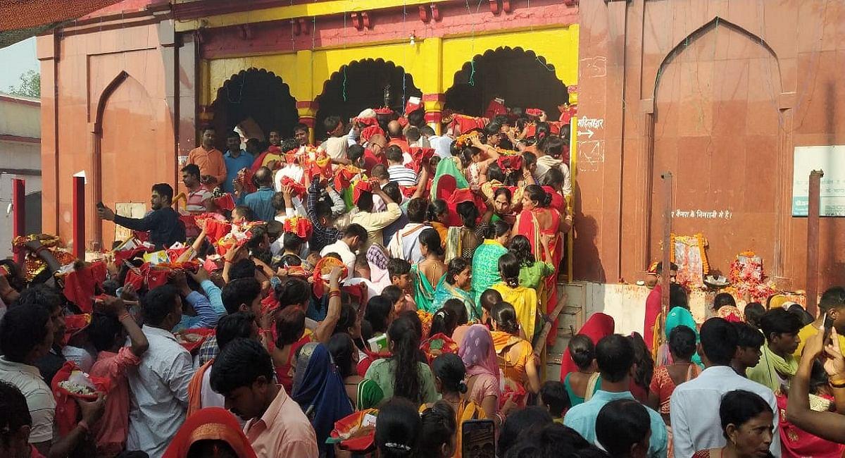 Chapra: महानवमी पूजन को आमी में उमड़ा आस्था का सैलाब, डेढ़ लाख से अधिक भक्तों ने किया मां अंबिका का दर्शन