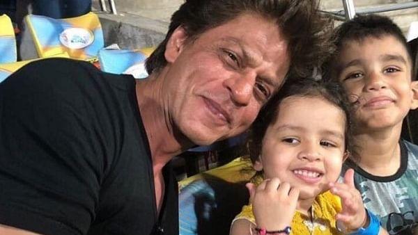 IPL 2021: धोनी की बेटी जीवा संग शाहरुख खान ने स्टेडियम में की मस्ती, इंटरनेट पर VIRAL हुईं तस्वीरें