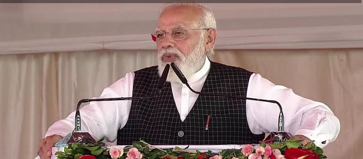 PM Narendra Modi In Varanasi : तस्वीरों में दिखा घोषणाओं का उत्साह, शहर में दिखी प्रचार की होड़