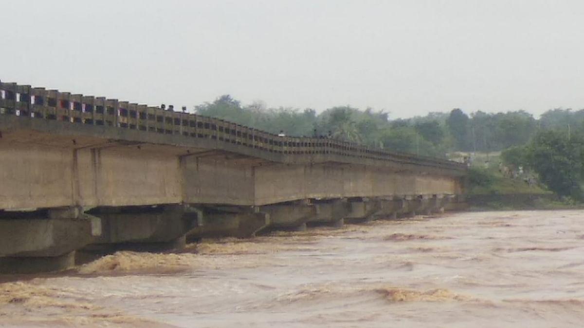 झारखंड में चक्रवाती तूफान गुलाब ने ढाया कहर, धनबाद-जामताड़ा को जोड़ने वाला पुल क्षतिग्रस्त, देखिए Pics