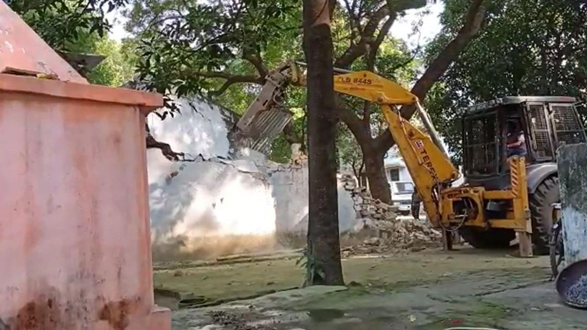 हाईकोर्ट की सख्ती के बाद बड़ा एक्शन, आजाद पार्क में 1975 के बाद हुए निर्माण पर बुलडोजर चला