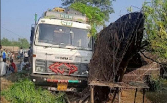 Bihar News: मोतिहारी में चालक के संतुलन खोने से हाइवे किनारे झोपड़ी में घुसा ट्रक, बच्ची समेत दो की मौत