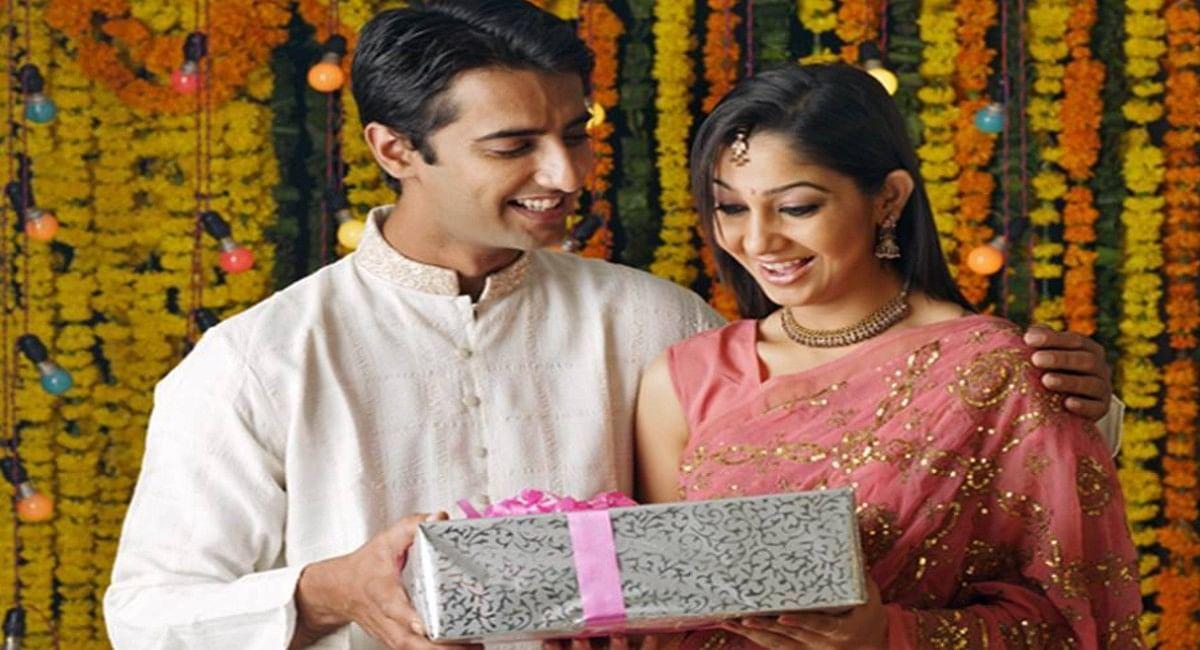 करवा चौथ पर अपनी पत्नी को स्पेशल गिफ्ट देकर करें खुश, ये हैं 8 बेस्ट Gift Ideas