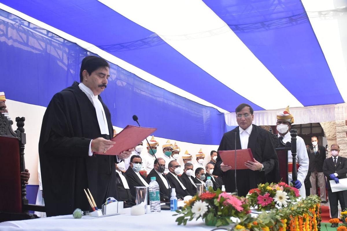 झारखंड हाईकोर्ट के चीफ जस्टिस डॉ रवि रंजन ने नवनियुक्त जज सुभाष चंद को दिलायी शपथ, अब जजों की संख्या हुई 20