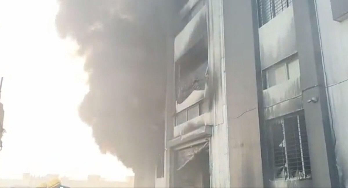 Surat Fire: सूरत की पैकेजिंग मिल में लगी भयानक आग, 125 लोगों को निकाला गया बाहर, 2 मजदूर की मौत