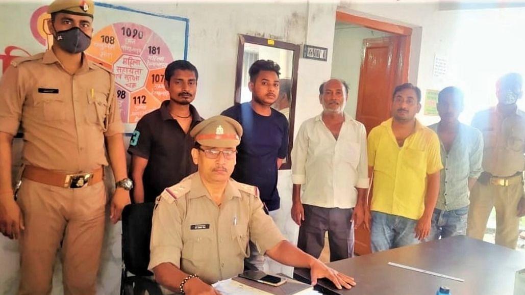 Varanasi News: पुलिस टीम पर पथराव करने के मामले में 5 अभियुक्त गिरफ्तार, अन्य की तलाश जारी