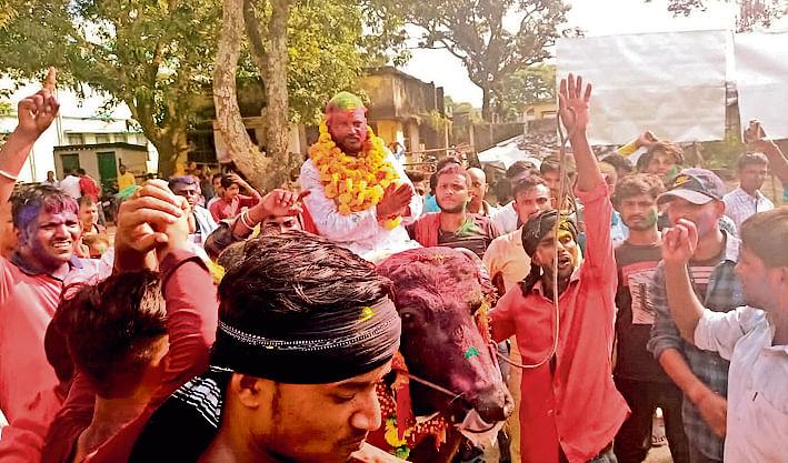 Bihar: जब भैंसे पर सवार होकर नामांकन करने पहुंचे मुखिया प्रत्याशी, महंगी गाड़ियों का जलवा भी हो गया फेल