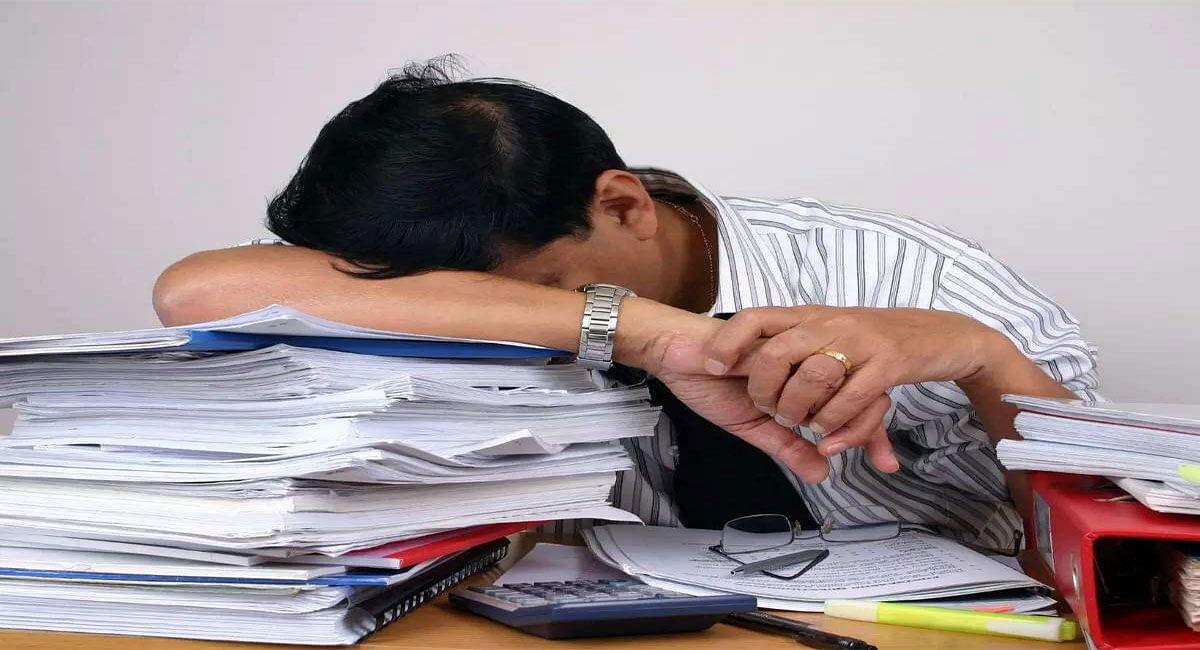 Sleeping While Sitting: कुर्सी पर बैठे-बैठे सोने की है आदत तो हो जाएं सावधान, जा सकती है जान